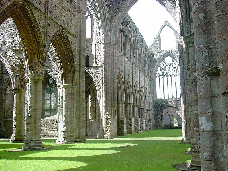 800px-tintern_abbey-inside-2004.jpg